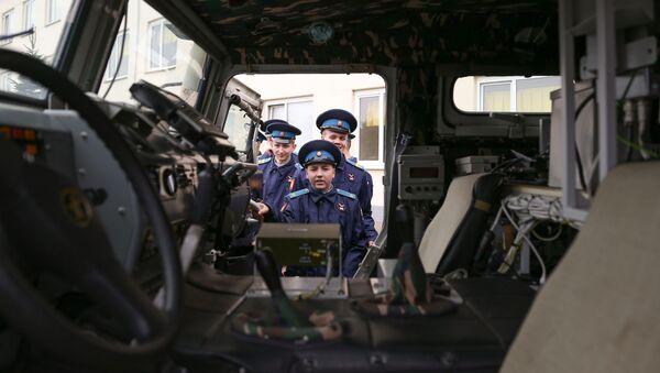 Kadeti se prohlíží obrněné vozidlo Tygr - Sputnik Česká republika