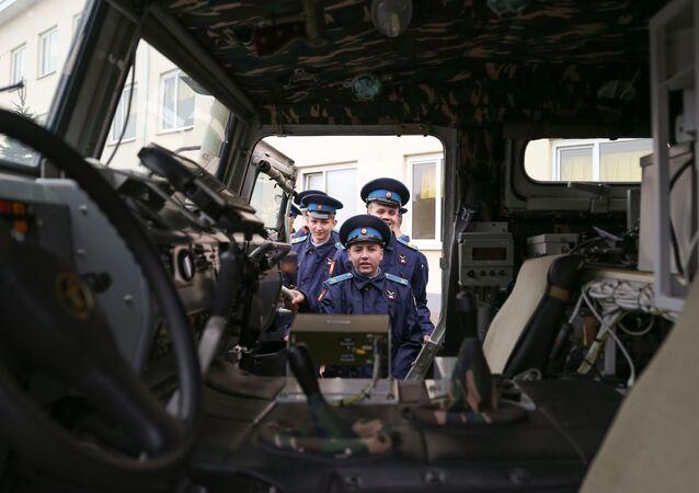 Kadeti se prohlíží obrněné vozidlo Tygr