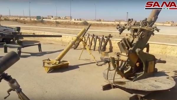 Syřané předvedli tisíce zbraní a náklaďáky s houfnicemi, které zabavili IS - Sputnik Česká republika