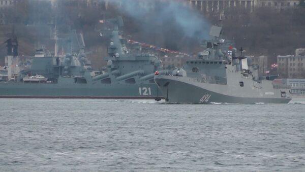 Fregata, která útočila Kalibry na IS, se vrací do Středozemního moře. Video - Sputnik Česká republika
