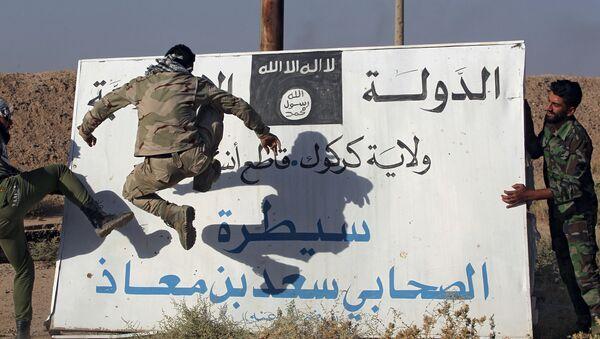 Iráčtí vojáci naproti vlajce IS - Sputnik Česká republika