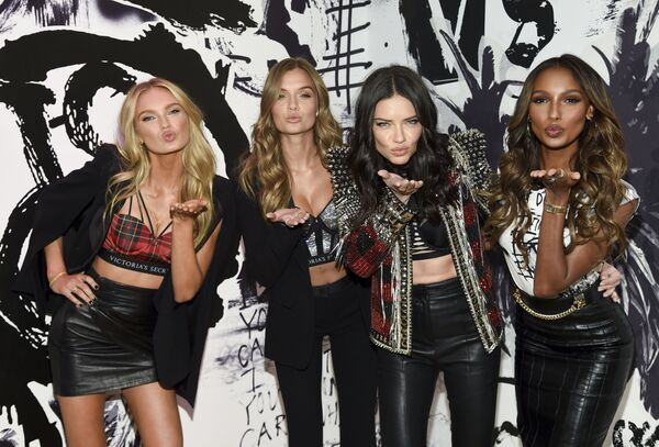 Angelové Victoria's Secret Romee Strijd, Josephine Skriver, Adriana Lima a Jasmine Tookes v New Yorku, USA - Sputnik Česká republika