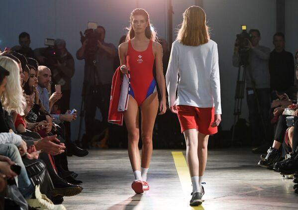 Modelky představují oblečení z výbavy Olympijského týmu a casual kolekce značky ZASPORT v Moskvě - Sputnik Česká republika