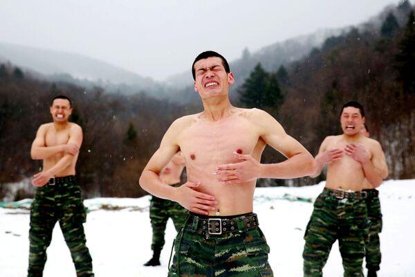 Čínští vojáci se omývají sněhem za teploty 25 stupňů pod nulou během tréninku v okolí města Čchang-čchun - Sputnik Česká republika