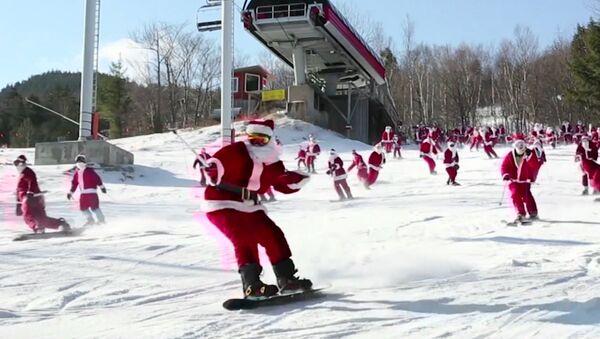 Lyžovačka Santa Clausů - Sputnik Česká republika