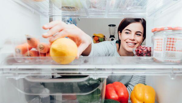 Žena u lednice. Ilustrační foto - Sputnik Česká republika