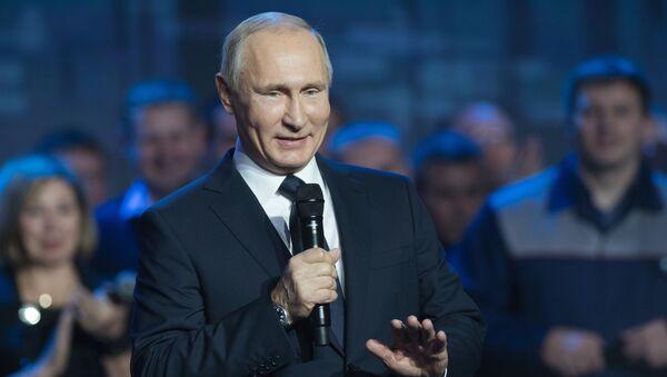 Ruský prezident Vladimir Putin během setkání s pracovníky závodu GAZ - Sputnik Česká republika