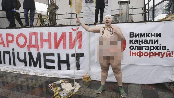 Nahá obyvatelka Kyjeva s veslem v ruce - Sputnik Česká republika