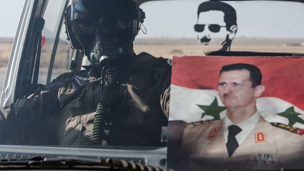 Syrský letec s portrétem Asada - Sputnik Česká republika