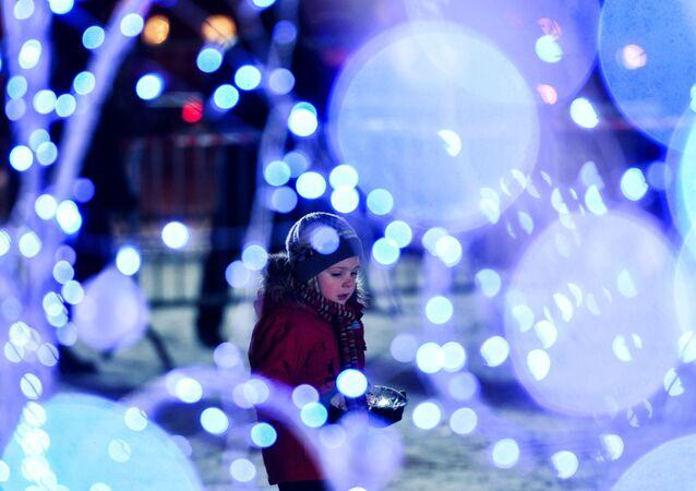 Dívka slaví Nový rok v Moskvě