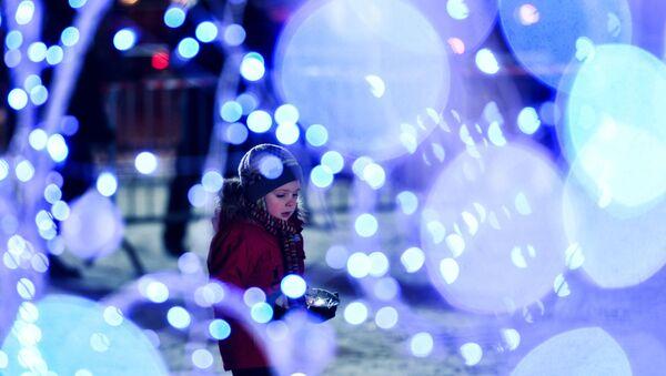 Dívka slaví Nový rok v Moskvě - Sputnik Česká republika