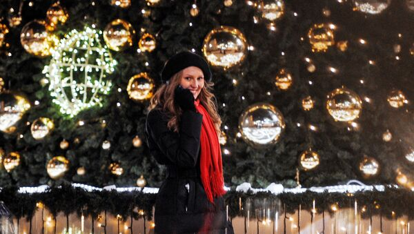 Dívka u vánočního stromečku v Moskvě - Sputnik Česká republika
