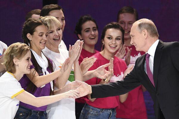 Prezident RF Vladimir Putin na ceremonii předání ceny Dobrovolník Ruska 2017 v Moskvě - Sputnik Česká republika