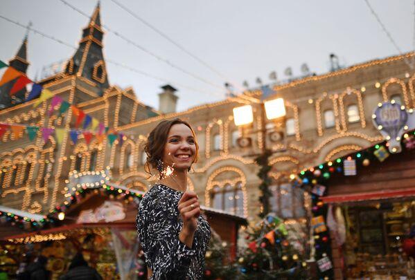 Dívka na novoročním jarmarku GUM na Rudém náměstí v Moskvě - Sputnik Česká republika