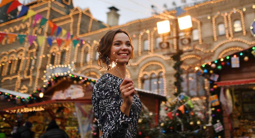 Dívka na novoročním jarmarku GUM na Rudém náměstí v Moskvě