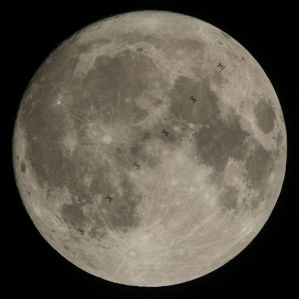ISS se šestičlennou posádkou na palubě na pozadí Měsíce. Zobrazení z 6 záběrů - Sputnik Česká republika