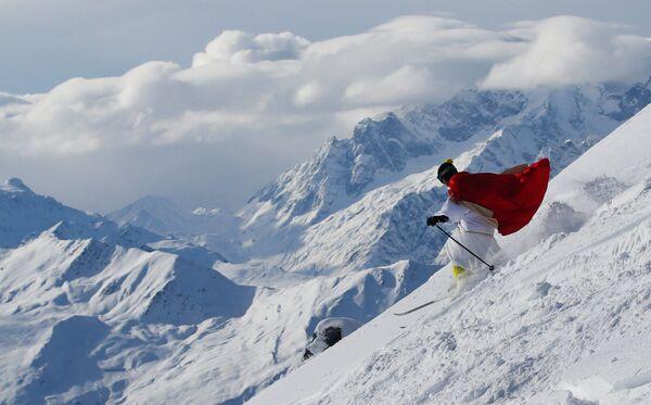 Lyžař oblečený za Santa Klause v horském středisku Verbier, Švýcarsko - Sputnik Česká republika