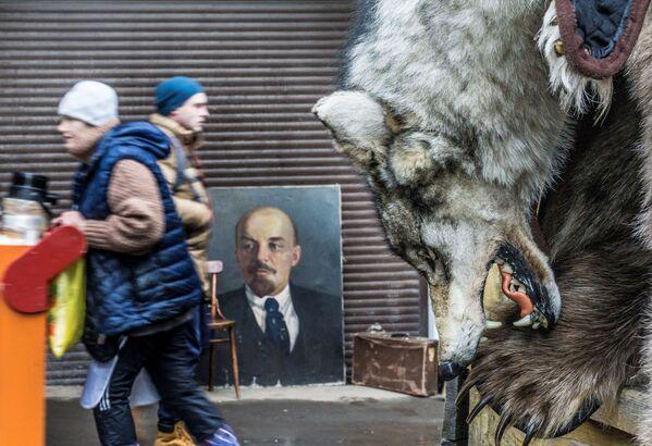 Vlčí kůže na pozadí portrétu Vladimira Iljiče Lenina na Izmajlovské tržnici, Moskva - Sputnik Česká republika
