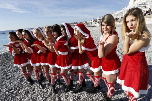Mladé ženy na pláži v Nice - Sputnik Česká republika