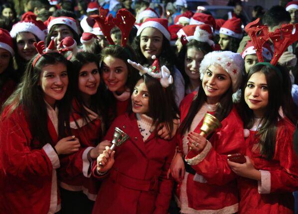 Syrské dívky v kostýmu Santa Klause - Sputnik Česká republika
