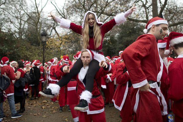 Lidé převlečení jako Santa Klaus v Londýně - Sputnik Česká republika