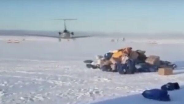 Na Kamčatce letadlo rozházelo zásilky po startovací ploše. Video - Sputnik Česká republika