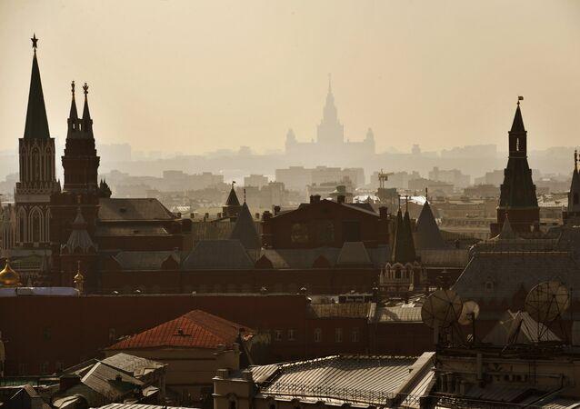Moskva, pohled na Kreml a MSU