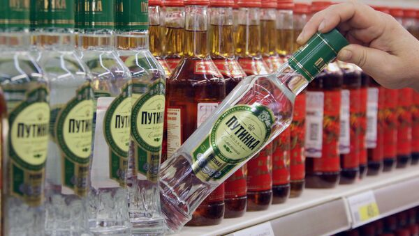 Бутылки с водкой на прилавке гипермаркета - Sputnik Česká republika