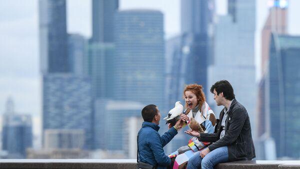 Молодые люди на смотровой площадке в Москве - Sputnik Česká republika