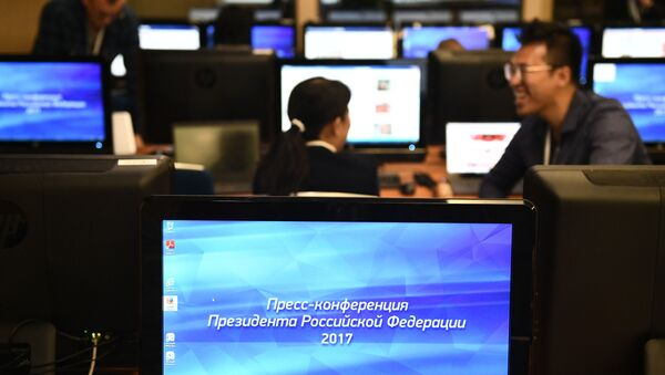 Novináři před začátkem velké tiskové konference - Sputnik Česká republika