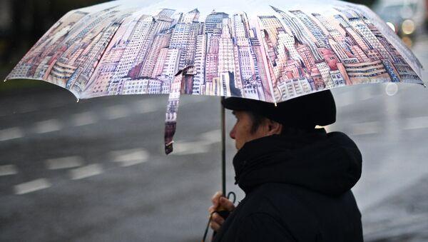 žena s deštníkem - Sputnik Česká republika