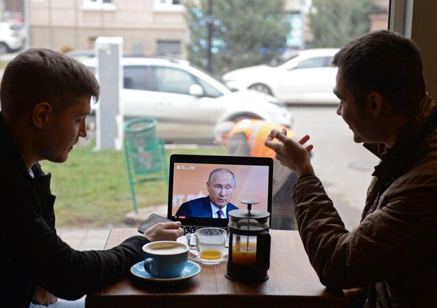 Občané sledují konferenci Putina