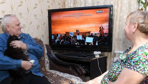 Důchodci sledují Putinův projev - Sputnik Česká republika