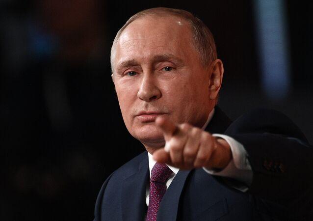 Vladimir Putin ukazuje prstem na novináře, který může položit další otázku