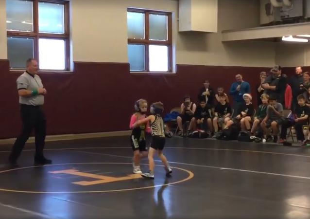 V USA se předškolák zastal sestry během soutěže v zápasu