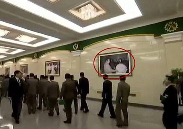 Fotografie, na níž jsou nejspíš Kim Jong-il a explozivní zařízení připomínající bombu