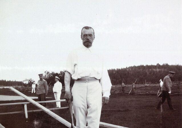 Ruský car Mikuláš II. s tetováním draka na pravém předloktí