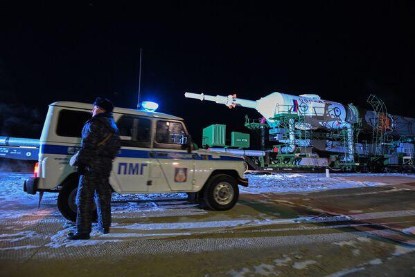 Vztyčení nosné rakety Sojuz-FG na Bajkonuru - Sputnik Česká republika