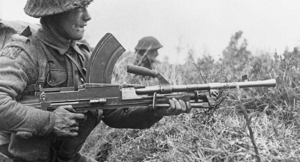 Britský voják s lehkým kulometem Bren během 2. světové války