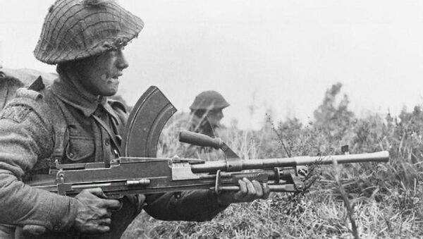 Britský voják s lehkým kulometem Bren během 2. světové války - Sputnik Česká republika
