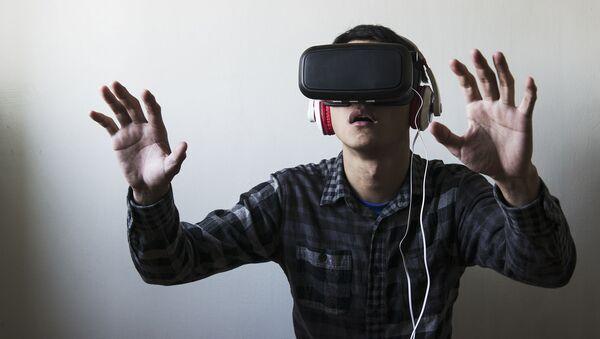 Chlap v brýlích virtuální reality - Sputnik Česká republika