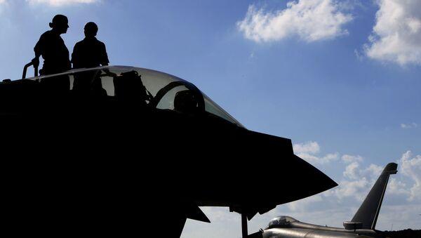 Britští letci a jejich stíhačka Typhoon - Sputnik Česká republika