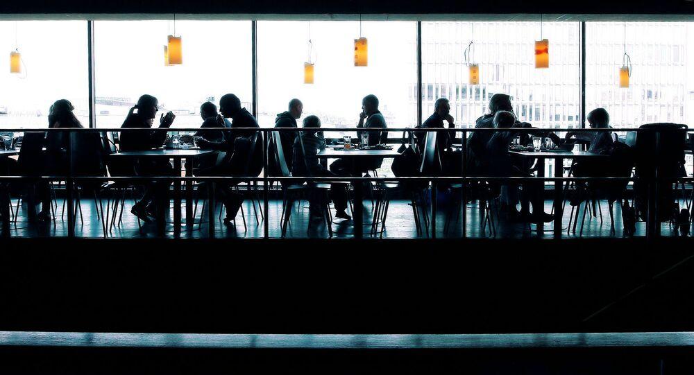 Lidé v kavárně