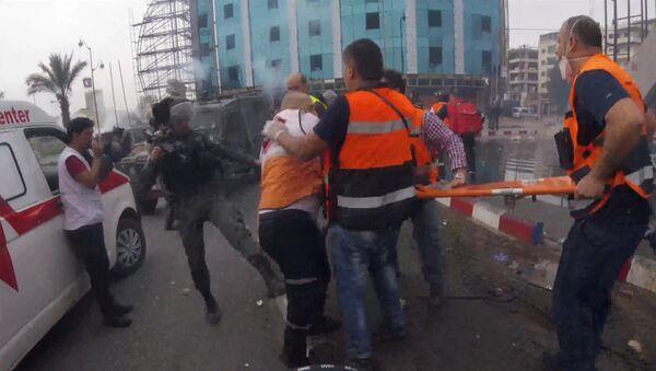 Policisté kopanci odehnali mediky od zraněného Palestince - Sputnik Česká republika