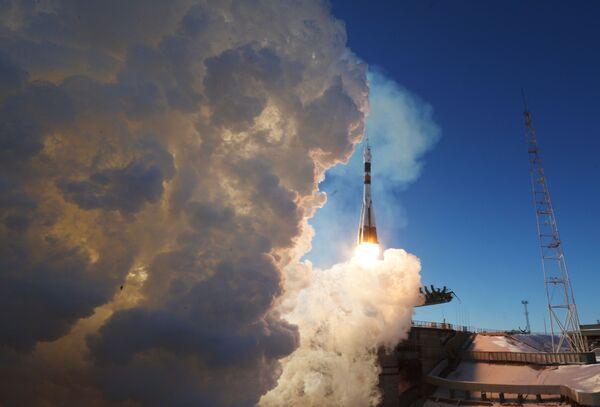 Start nosné rakety Sojuz-FG s pilotovanou kosmickou lodí Sojuz MS-07 na kosmodromu Bajkonur - Sputnik Česká republika