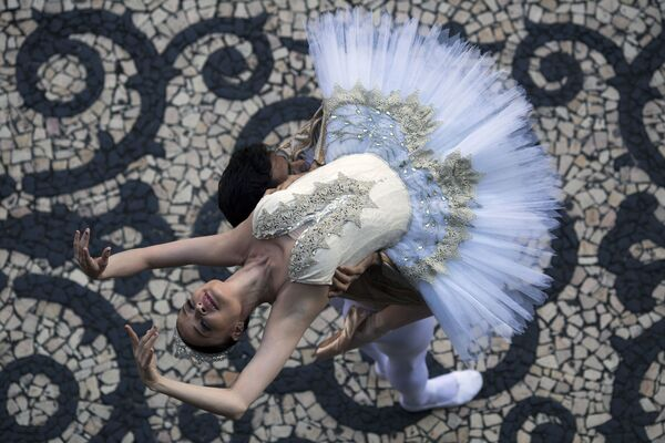 Primabalerína Débora Ribeiro vystupuje v městském divadle Ria de Janeira během protestů za vyplacení dluhů státním úředníkům - Sputnik Česká republika