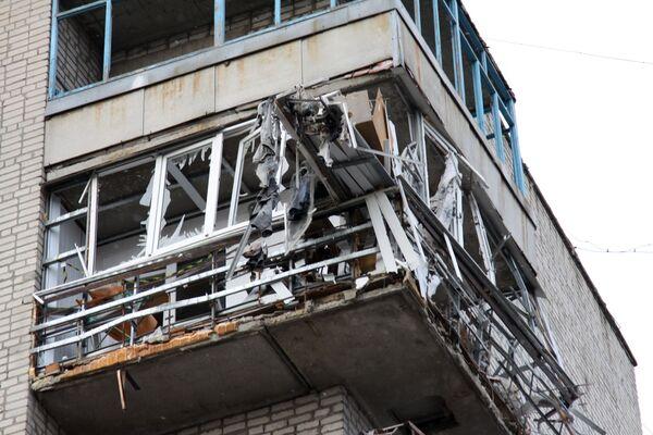 Obytný dům v centru města Jasynuvata v Doněcké oblasti, který byl poškozen ostřelováním - Sputnik Česká republika