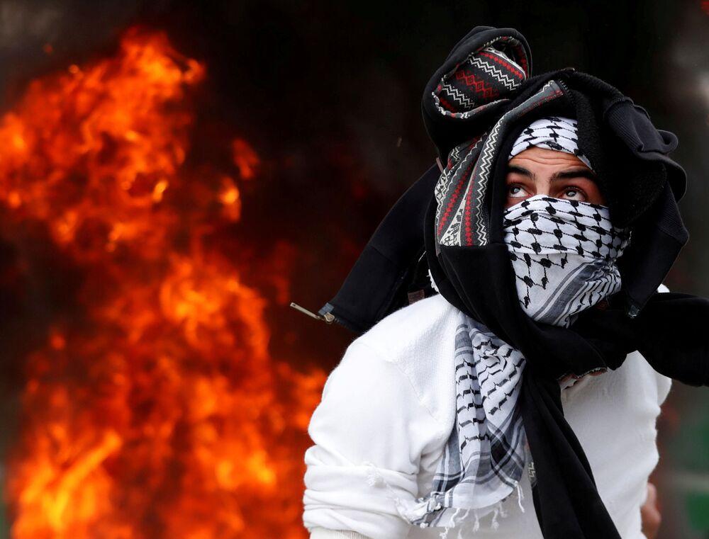 Účastník palestinských protestů věnovaných přiznání americkým prezidentem Donaldem Trumpem Jeruzaléma za hlavní město Izraele