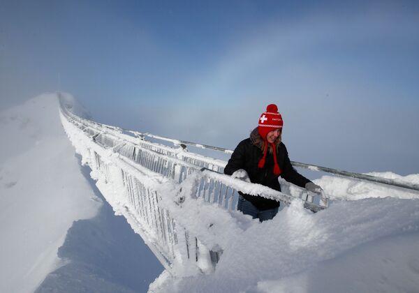Turistka na visutém mostu Peak Walk ve Švýcarských Alpách - Sputnik Česká republika