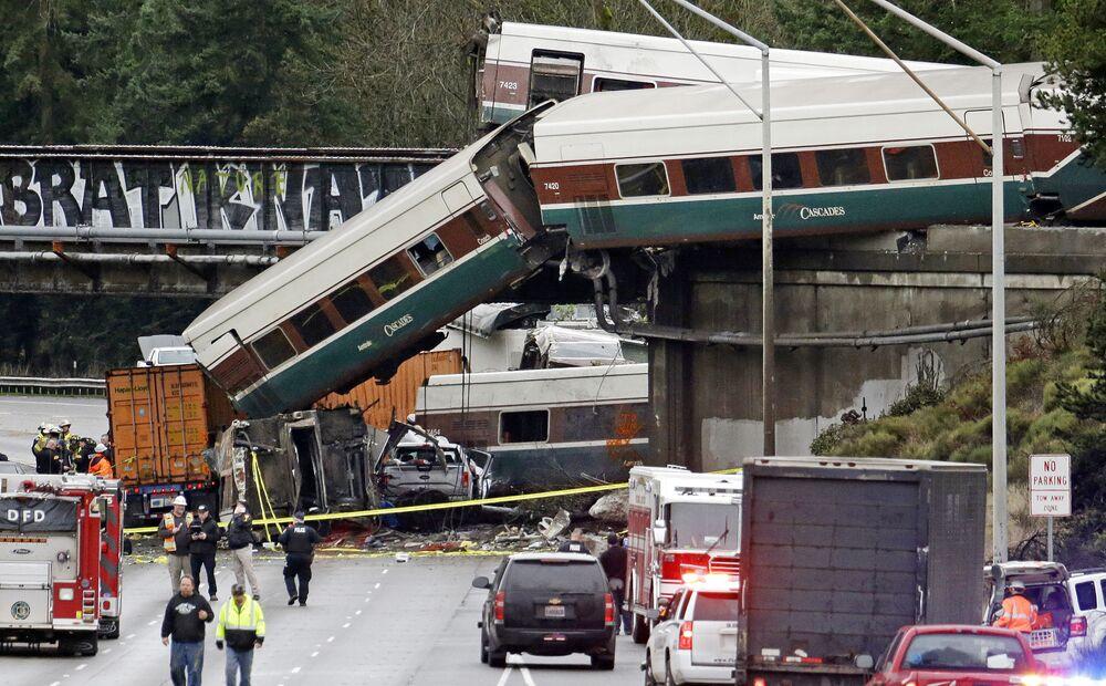 Vykolejený expresní vlak na mostu ve státu Washington, USA